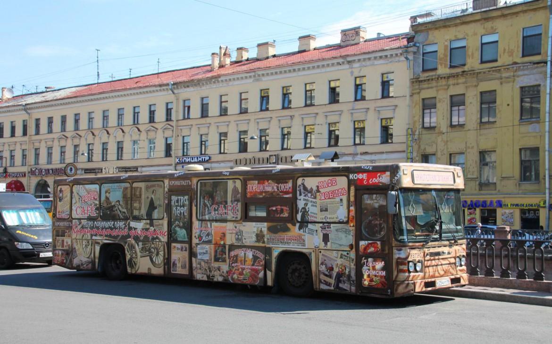 Alter russischer Bus mit Werbung