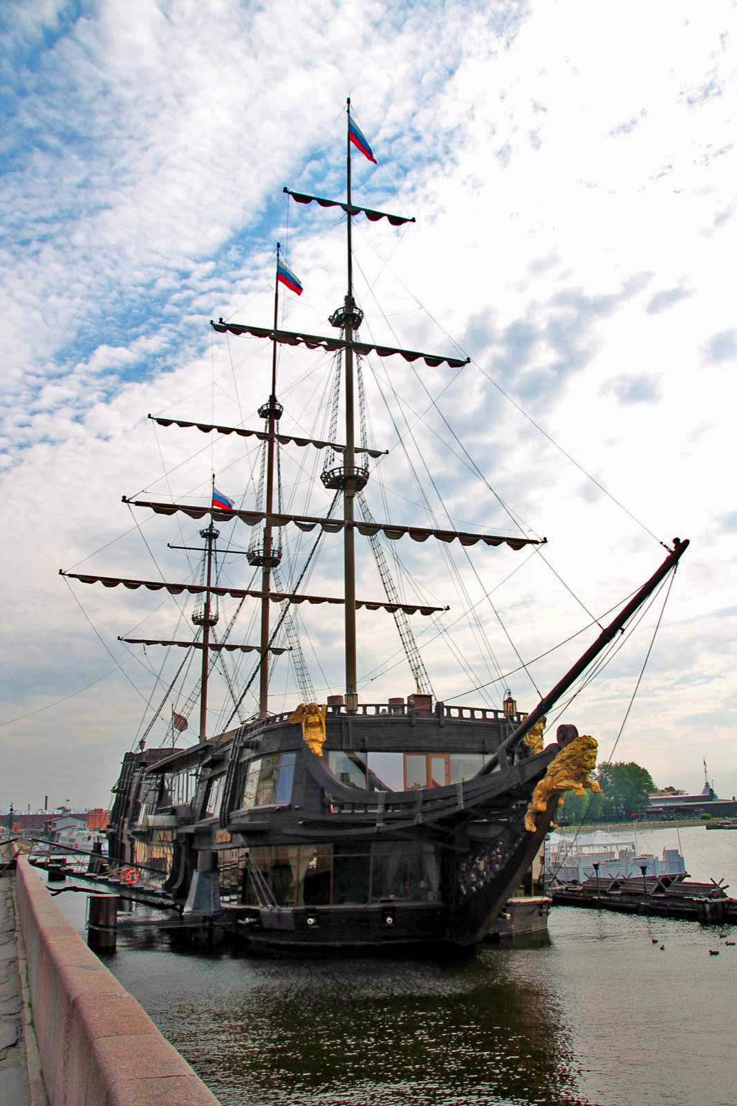 Altes Segelschiff auf Newa
