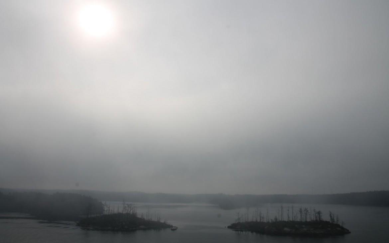Nebelige Schäreneinfahrt an Midsommar